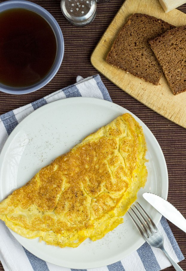 A simple, classic, perfect omelette. Ready in 7 minutes | #omelette #vegetarian | hurrythefoodup.com