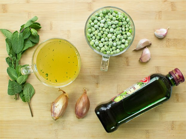 Irresistible Pea and Mint Soup - perfect for any season | hurrythefoodup.com