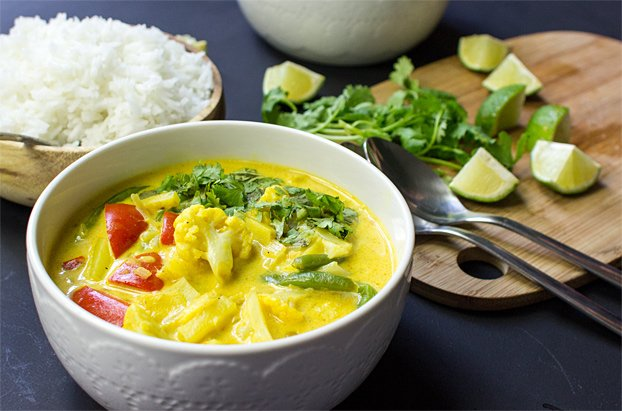 Easy Cauliflower Curry - Fresh, vegan and very satisfying | hurrythefoodup.com