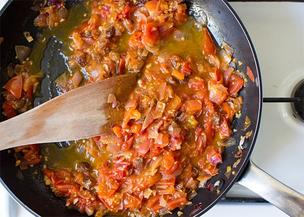 Quick Tomato Chutney - Anglo-Indian Cuisine made perfect - simmer all the ingredients into a medium heat #tomato #sweet | hurrythefoodup.com