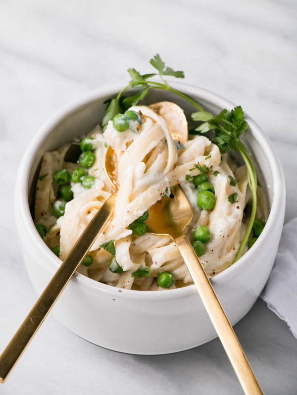 Cauliflower Alfredo with Peas - 21 Vegetarian Dinner Ideas | hurrythefoodup.com