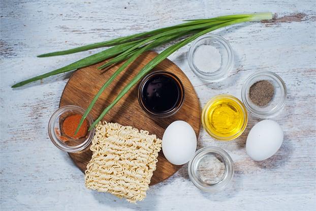 Noodle Omelette - Budget food at its best - noodle omelette ingredients #vegetarian #breakfast | hurrythefoodup.com