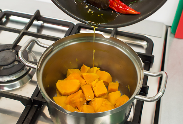 Healthy Sweet Potato Mash - The Healthiest Sweet Potatoes Online - pour the infused oil over the drained potatoes #healthy #ginger | hurrythefoodup.com