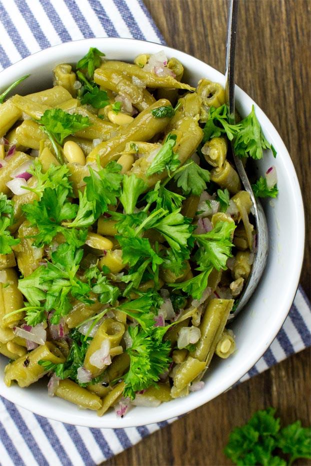Easy Green Bean Salad - Naturally Vegan & Ready in 3 minutes - green bean salad ready to eat #vegan #salad | hurrythefoodup.com