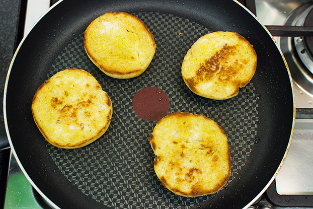 Quinoa Burgers – The future of all burgers - the breads are frying in the pan #figs #egg | hurrythefoodup.com