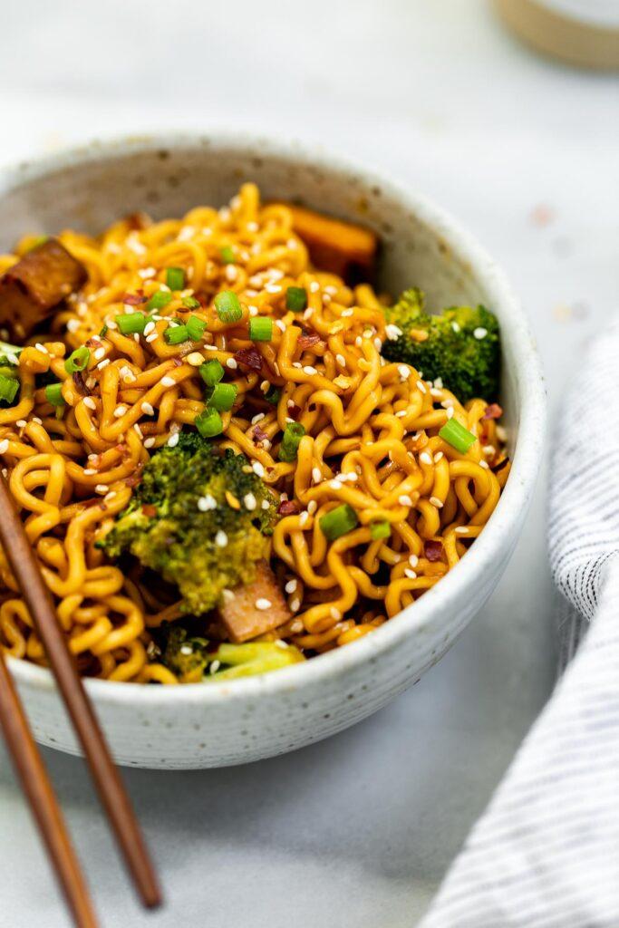 20 Vegan Stir Fry Recipes - Quick and Easy Vegan Ramen Noodle Stir Fry | Hurry The Food Up