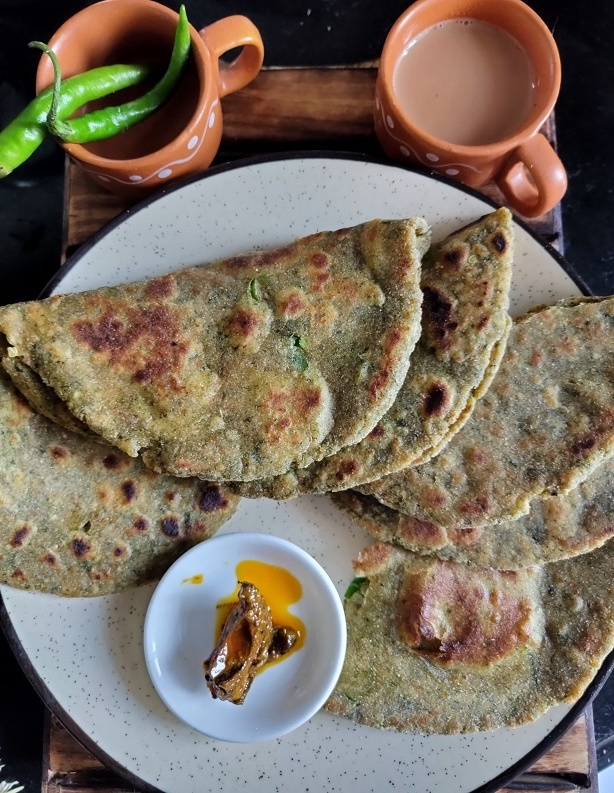 15 Incredible Indian Breakfasts for Weight Loss - Bathua Paratha | Hurry The Food Up